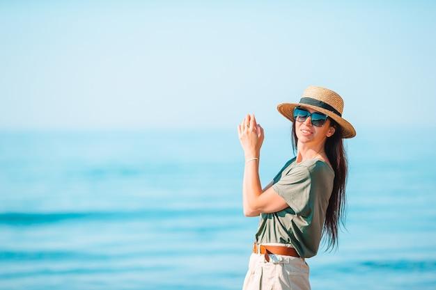 ビーチで白の若い女性