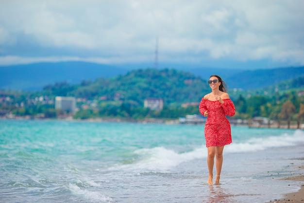 해변에서 백인 젊은 여자
