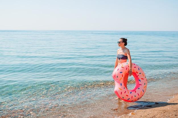 Молодая женщина в белом на пляже