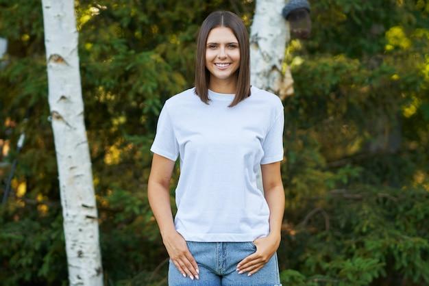 白いシャツを着た若い女性。高品質の写真