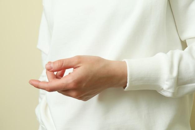 Молодая женщина в белой толстовке, крупным планом