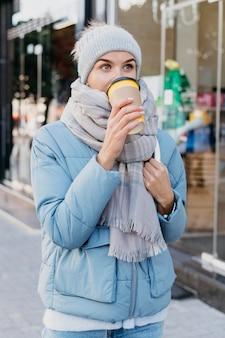 屋外の冬の服を着た若い女性