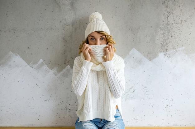 冬の朝の若い女性