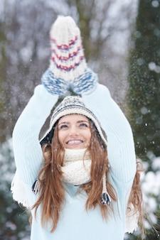 冬の若い女性