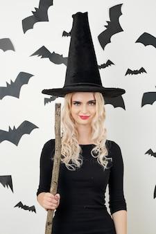 Молодая женщина в костюме ведьмы на хэллоуин