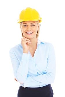 白い背景の上の黄色いヘルメットの若い女性