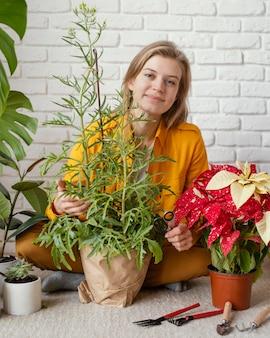 Молодая женщина в желтой рубашке садоводства