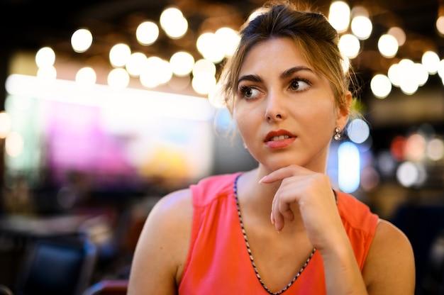 カフェの中の物思いにふける表情の若い女性