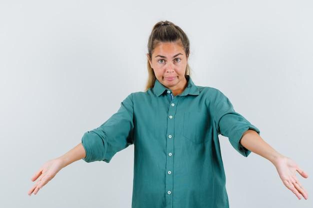 緑のブラウスに誘い、かわいく見える若い女性