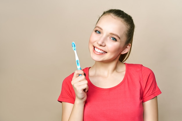 若い女性は歯のクリーニングに従事しています