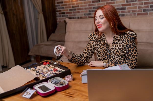 Молодая женщина занимается онлайн-торговлей часами и ювелирными изделиями.