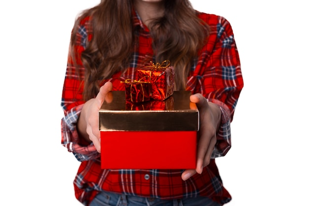 Молодая женщина держит подарочные коробки. фотография без лица.