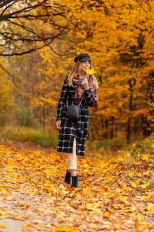 Молодая женщина держит чехол с беспроводными современными наушниками на открытом воздухе. крупный план. женщина тренировки и бега