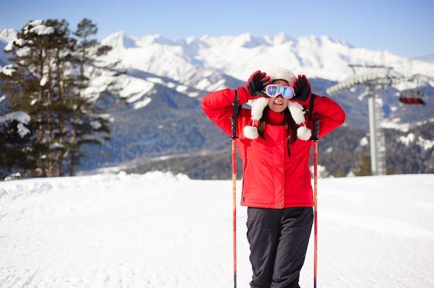 젊은 여자는 스키장에서 스키