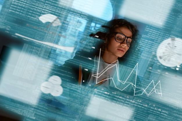Молодая женщина думает о статистике и графике.