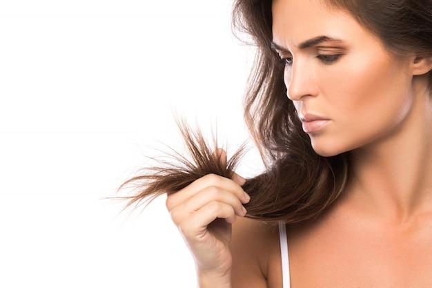 若い女性は彼女の髪に不満です
