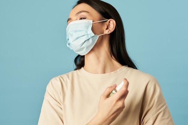 若い女性はスタジオで消毒剤を使用しています