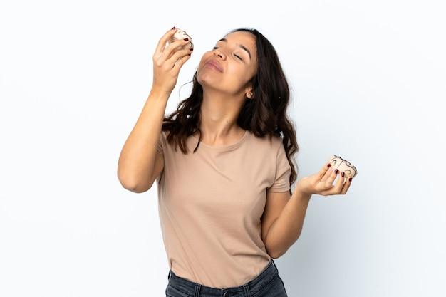 若い女性は幸せな表情でドーナツを保持して孤立