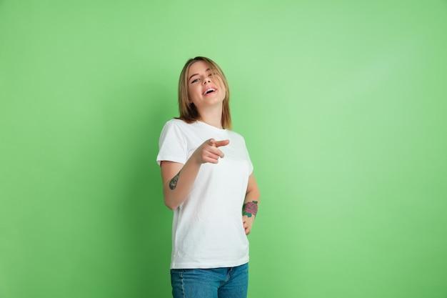 녹색 스튜디오 벽에 고립 된 젊은 여자