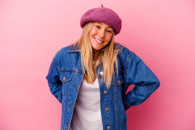 ピンクの壁に孤立した若い女性幸せ、笑顔、陽気な