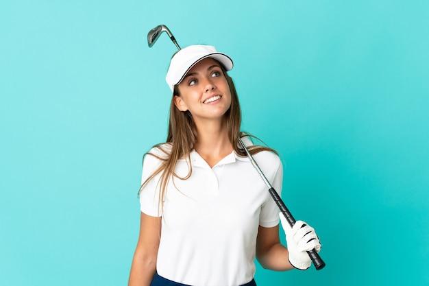 젊은 여자는 골프를하고 웃고있는 동안 올려 격리