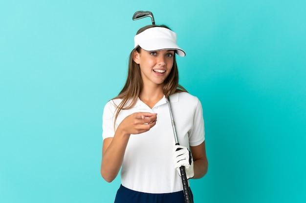 고립 된 젊은 여자 골프를 재생 하 고 앞을 가리키는