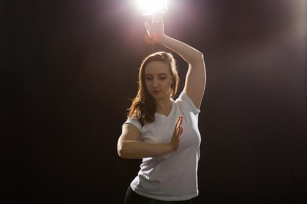 스튜디오에서 춤을 추는 젊은 여성 재즈 펑크 댄서.