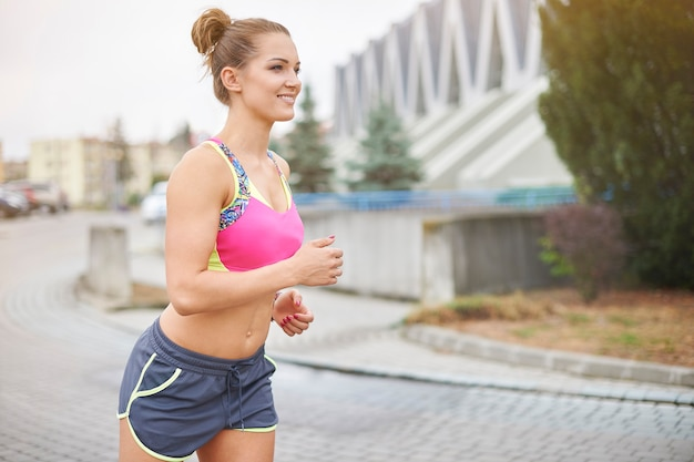 ジョギングや屋外で走っている若い女性。市はジョギングに行く多くの機会を与えます