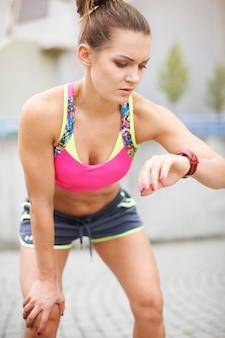 ジョギングや屋外で走っている若い女性。私は私の新しい記録をかみました