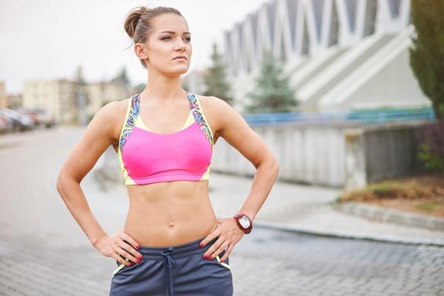 ジョギングや屋外で走っている若い女性。
