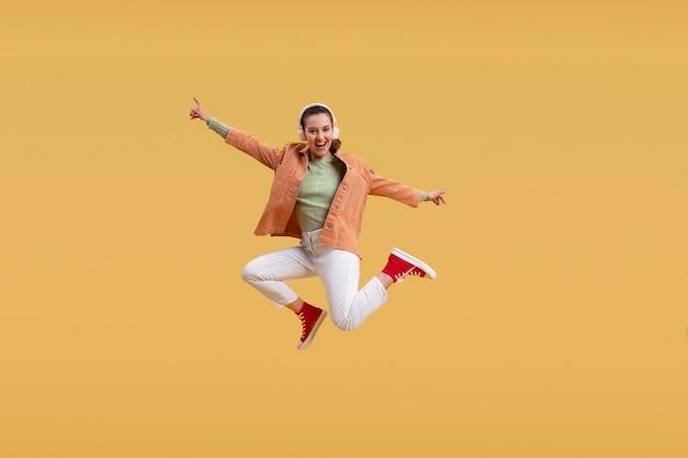 一人でジャンプする若い女性