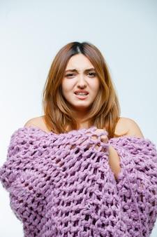 Giovane donna in maglieria tremante dal freddo