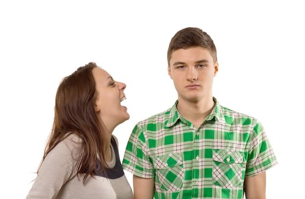 自分の冗談で笑う若い女性