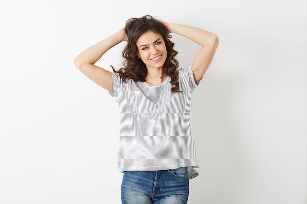 Молодая женщина смеется счастливая, битник стиль, изолированные на белом фоне, вьющиеся волосы