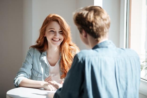 카페에서 웃 고 젊은 여자