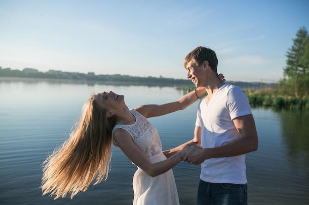 그녀의 남자 친구와 함께 웃 고 젊은 여자