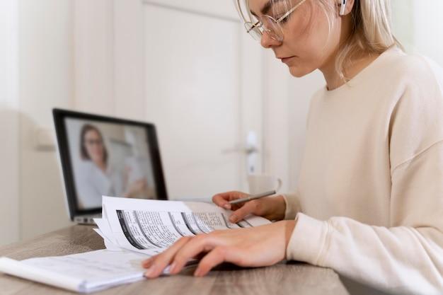 Молодая женщина изучает английский у своего учителя