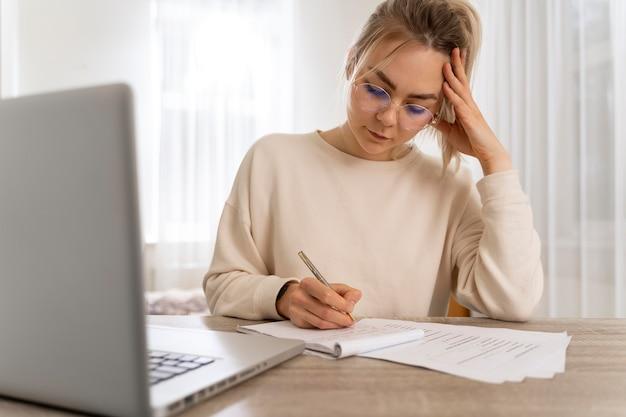 Молодая женщина изучает английский онлайн