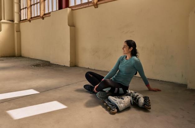 스케이트를 배우는 젊은 여자
