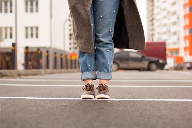 Молодая женщина ноги на асфальте на улице