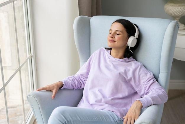 Giovane donna che ascolta musica a casa