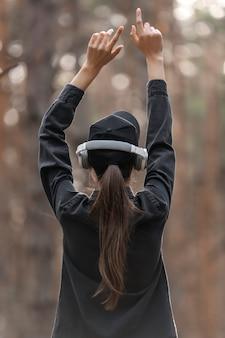 숲에서 음악을 듣고하는 젊은 여자