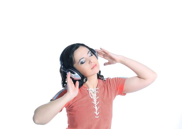 헤드폰을 사용 하여 음악을 듣고하는 젊은 여자.