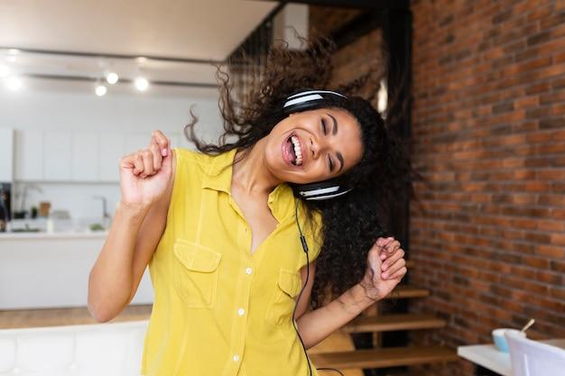 Молодая женщина, слушающая музыку