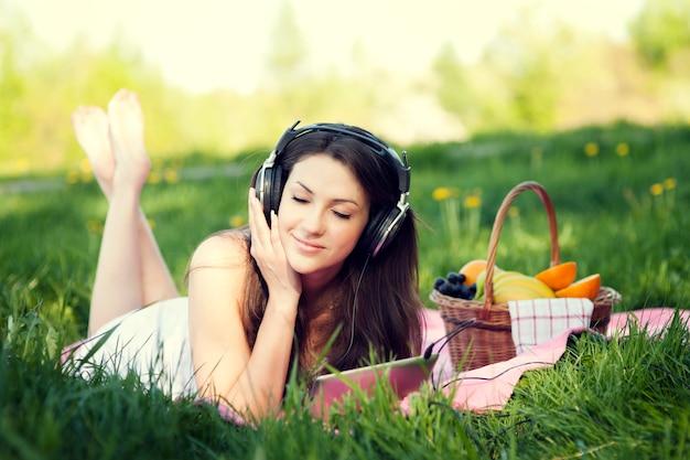 音楽を聴いている若い女性