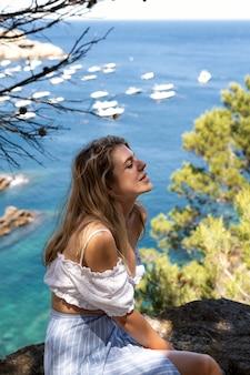 美しい自然の景色を見ている若い女性