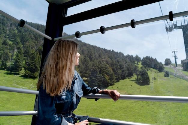 Молодая женщина, глядя на красивый вид на природу