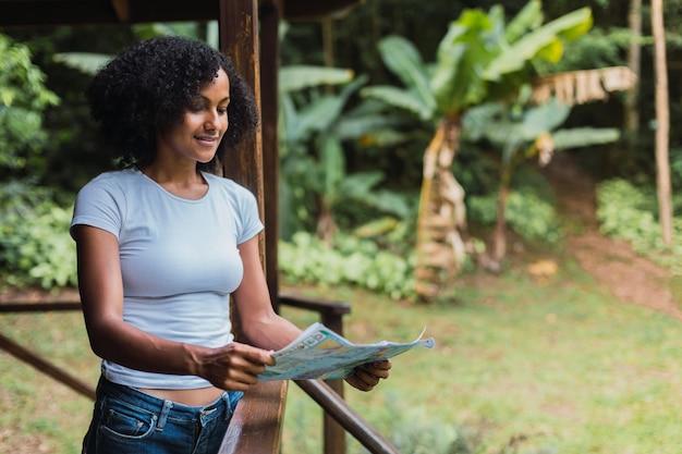 地図を見ている若い女性