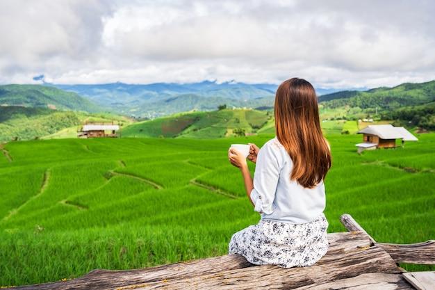 아름 다운 녹색 쌀 테라스를보고 젊은 여자