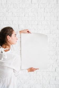 空の紙を見て若い女性